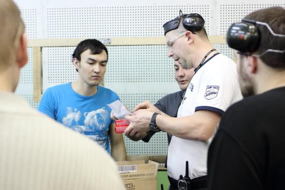 Участникам раздают патроны согласно заявкам